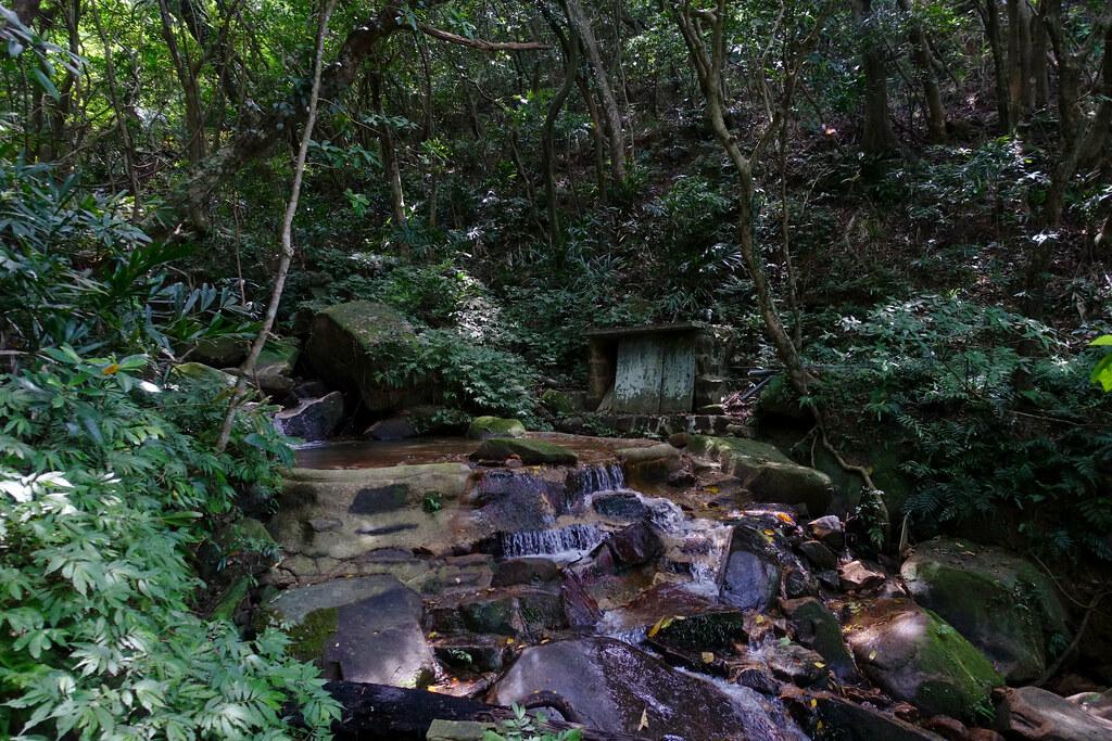 郊山@福卯古道逆8 | PM01:03 疑似泥造土廟,走近看發現不是。 | Jasper Lee | Flickr