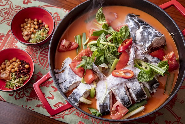 Poached whole longnose catfish in fermented tomato soup and condiments 苗嶺酸湯魚