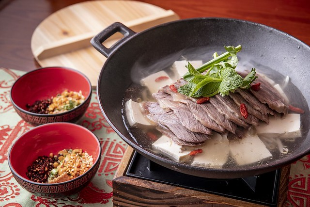 Poached sliced beef, bean curd, bean sprout in spicy soup served with Guizhou coriander and mint leave 貴州花江牛肉