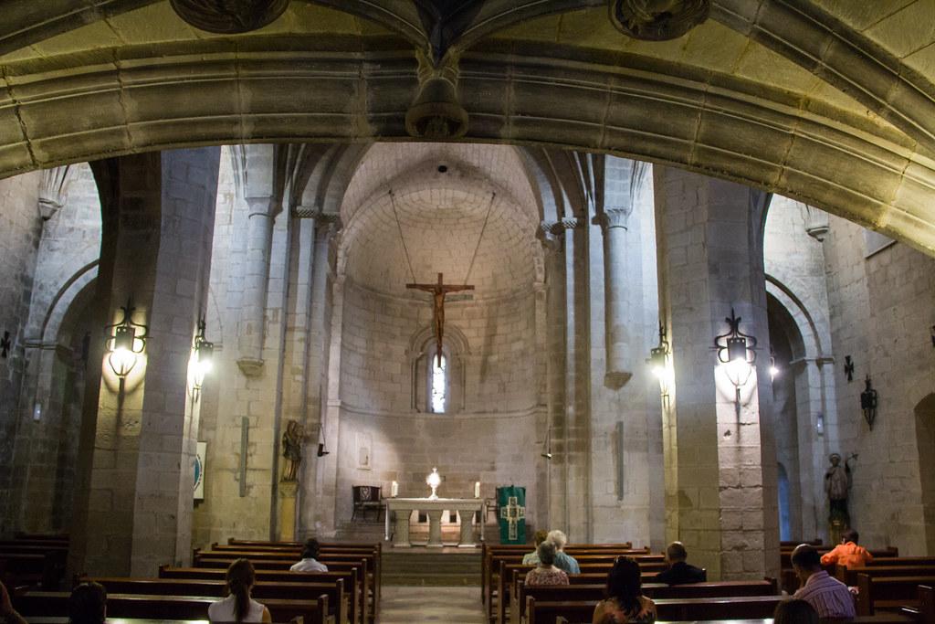 altar mayor y nave central interior Iglesia de San Bartolome Logroño La Rioja