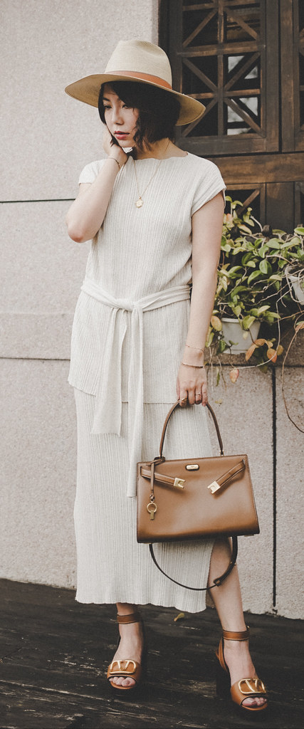 ▌Outfit ▌復古涼鞋:Valentino V Logo Sandals + Tory Burch Lee Radziwill Tote Bag