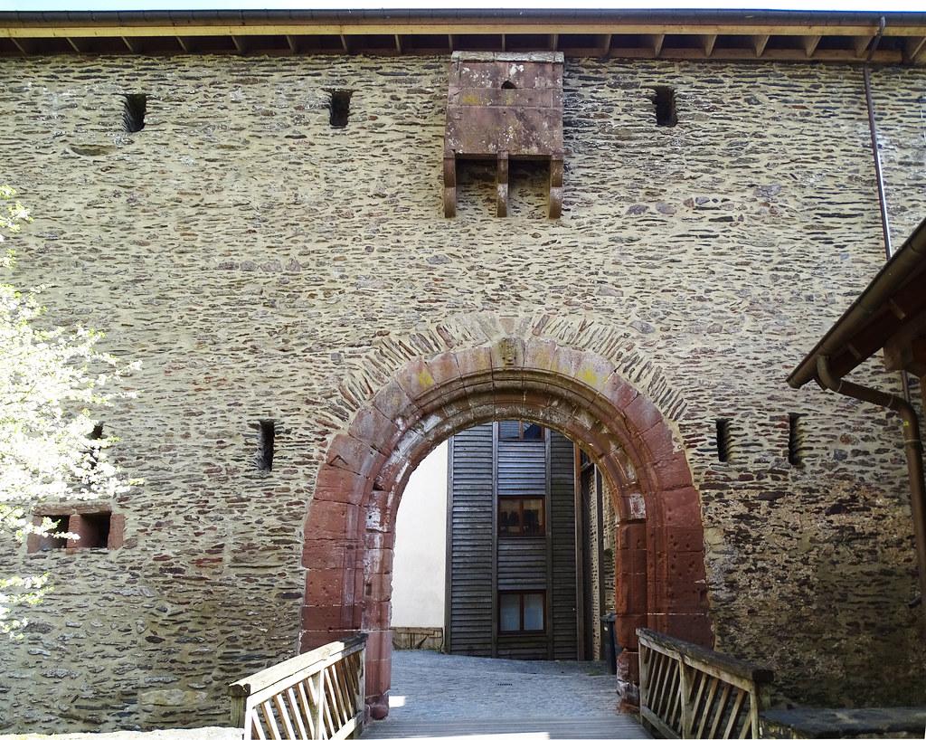 puerta con puente levadizo exterior Castillo de Vianden Luxemburgo