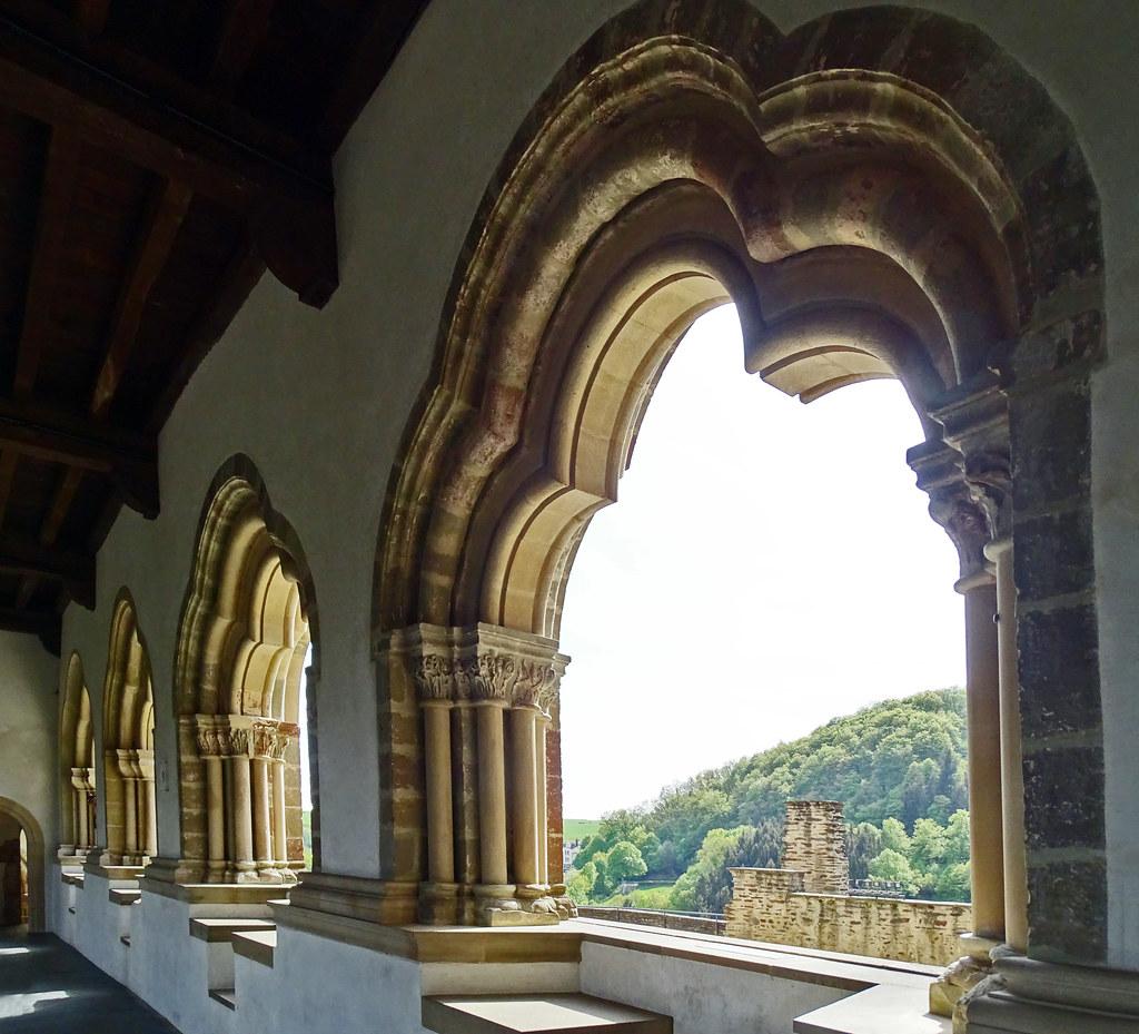ventanas trilobuladas romanicas Galeria Bizantina interior Castillo de Vianden Luxemburgo 02