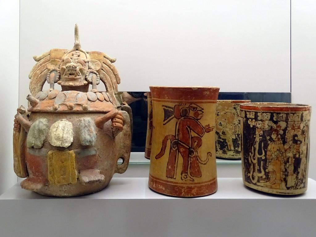 Urna y Vaso de ceramica policromada cultura Maya 600-900 Guatemala Museo de America Madrid