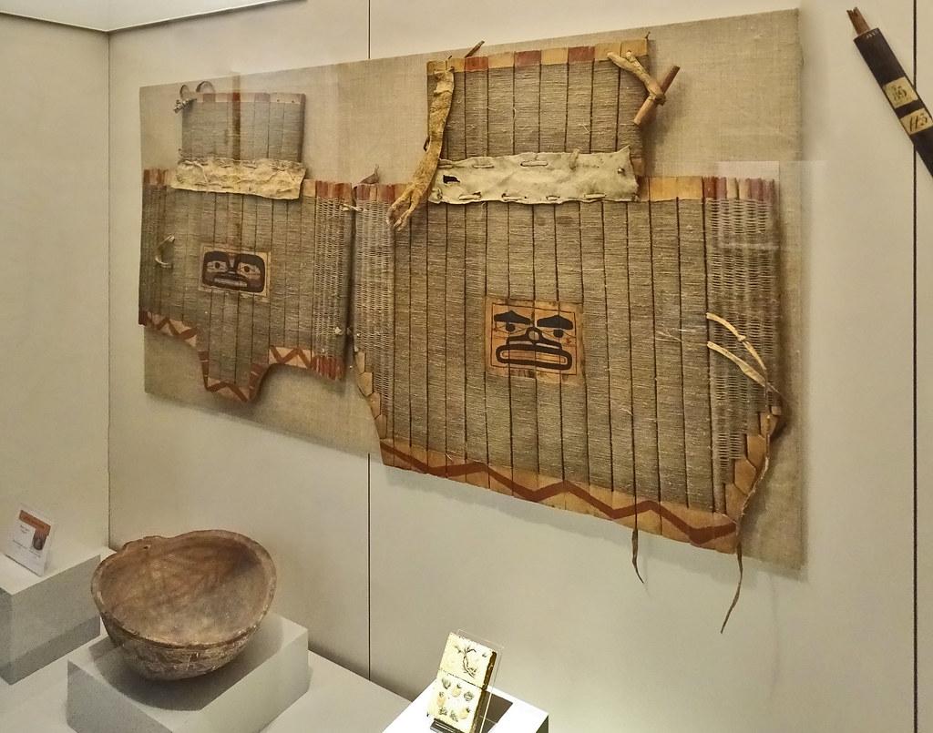 Armadura de indios Tinglit decoracion ballenas s. XVII noroeste de America del Norte Museo de America Madrid