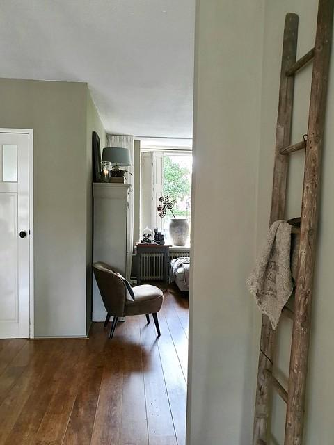 Kleine fauteuil decoratie ladder linnen doek