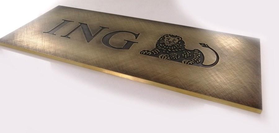 tablica z mosiądzu postarzanego, głęboki grawer z kontrastem