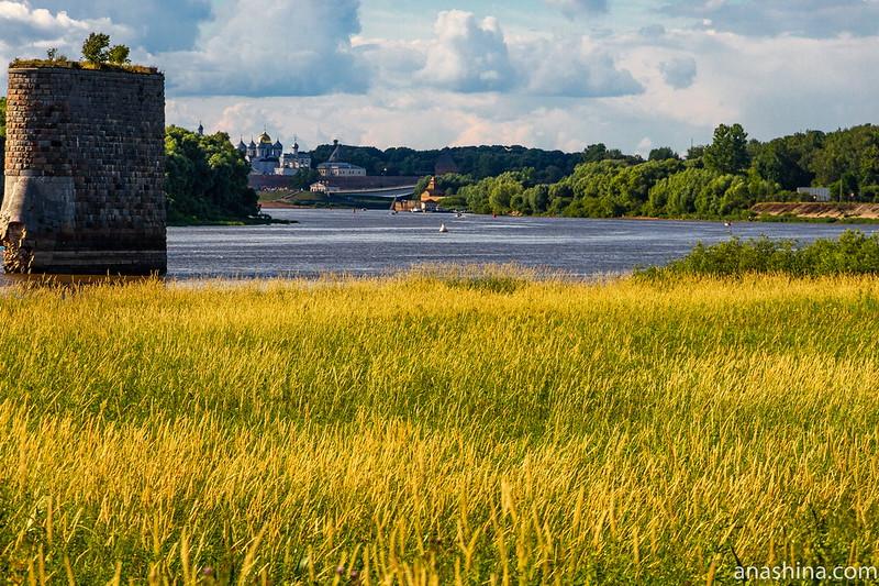 Вид с Рюрикова городища в сторону Новгородского кремля (135-мм зум)