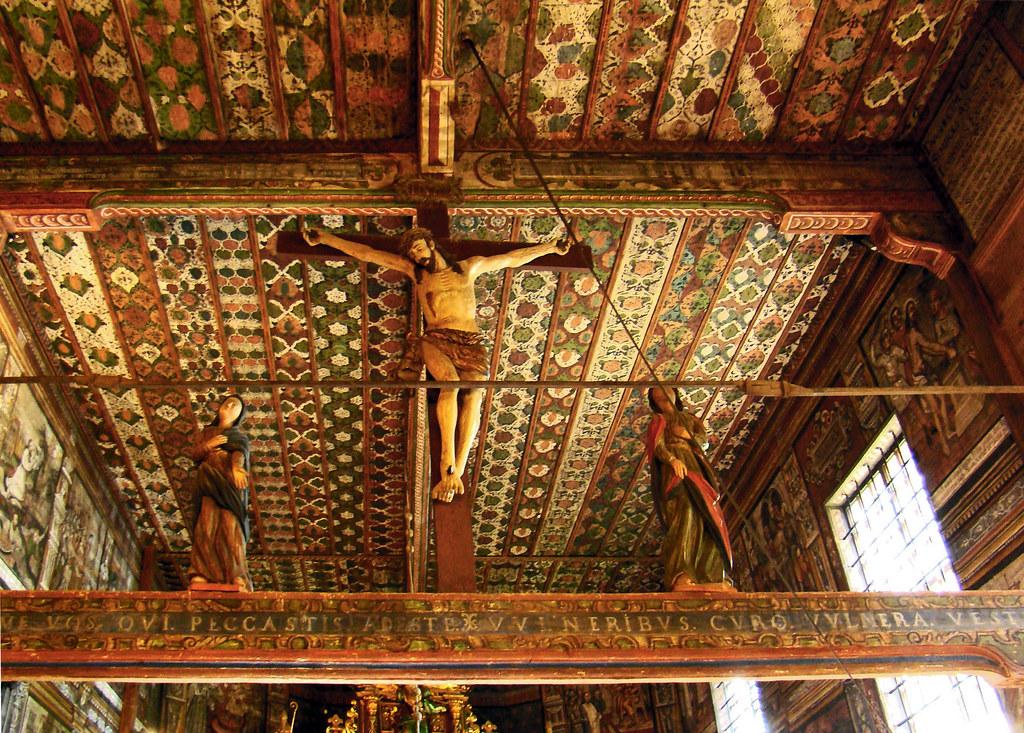 talla Cristo crucificado interior Iglesia de San Miguel Arcángel de madera  Binarowa Polonia 08