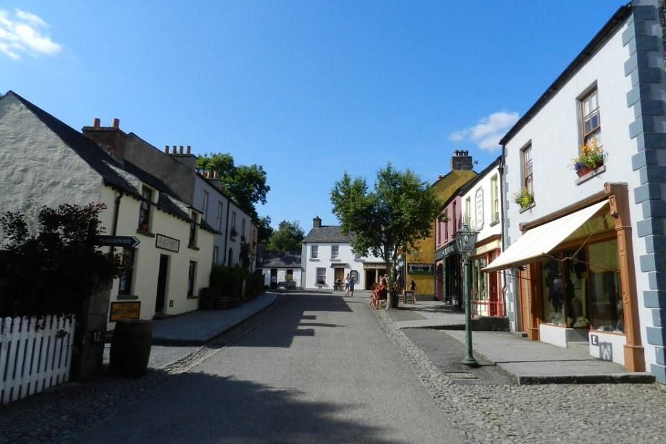 calle exterior casas tiendas Parque Folklorico de Bunratty Folk Park Republica de Irlanda 01