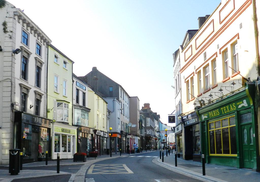 Edificios antiguos calle comercial y restaurantes Kilkenny Republica de Irlanda 08