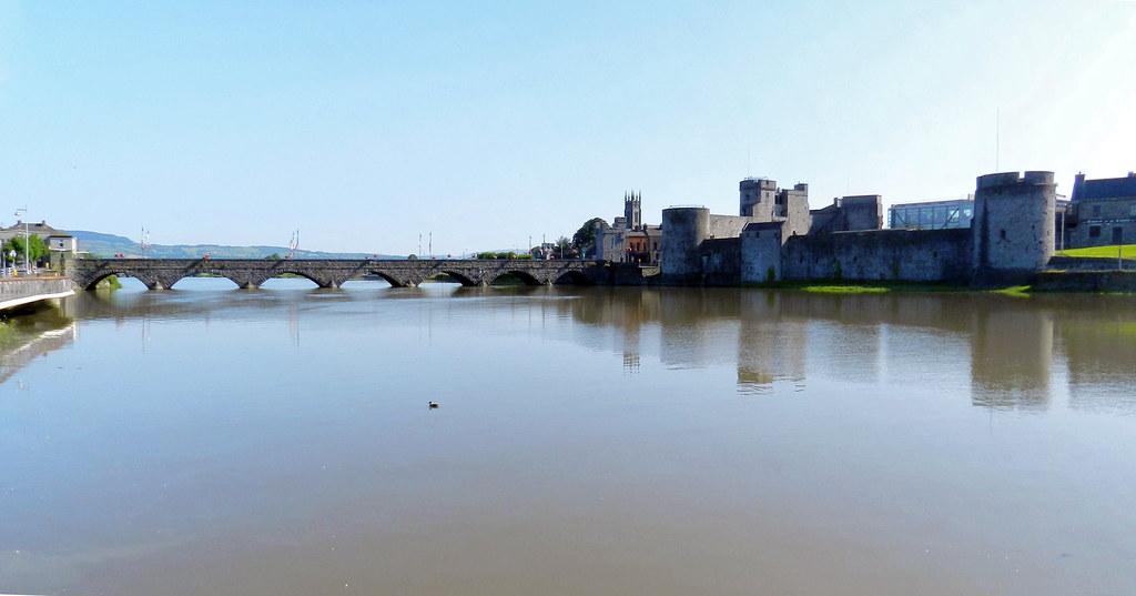 vista del Castillo del Rey Juan sin tierra y del puente Thomond rio Shannon Limerick Republica de Irlanda 02