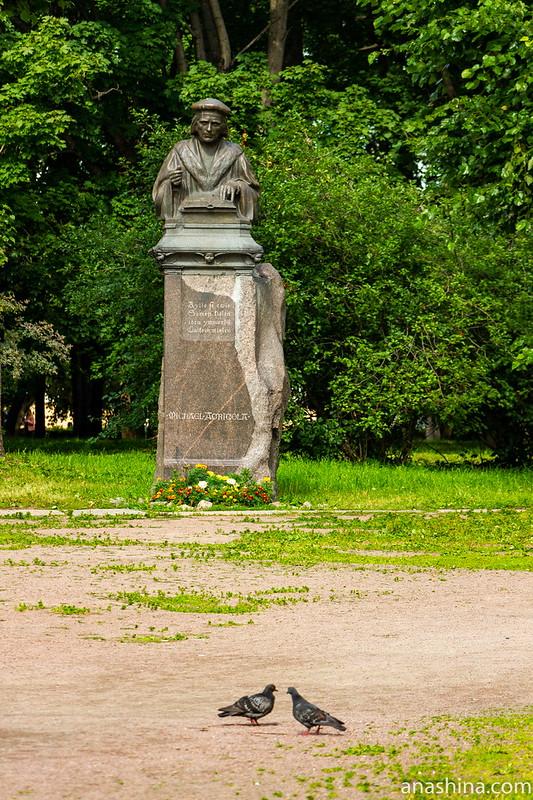 Статуя Микаэля Агриколы около церкви Петра и Павла, Выборг