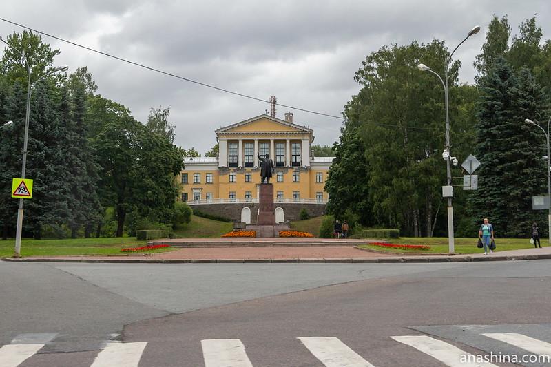 Памятник Ленину в Зеленогорске, за ним - здание постройки 1950-1951 годов