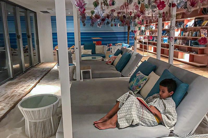 Eric lit et apprécie SORANO Beach Books & Cafe