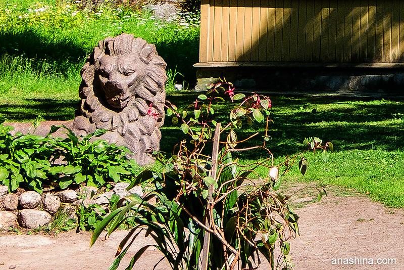 Обломки памятника независимости Финляндии около дирекции парка Монрепо