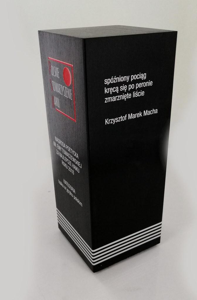 Statuetka aluminium anodowane na czarno, grawerowana, emalia