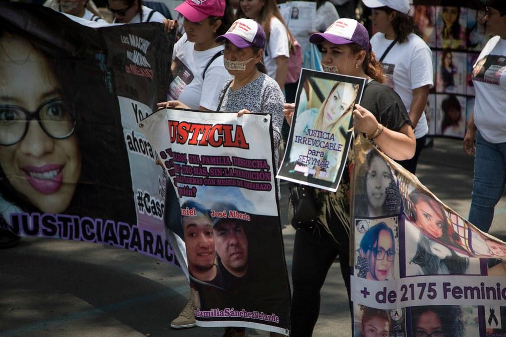 En silencio marchan familiares de víctimas de feminicidio y desaparición