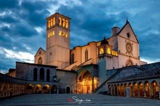 Uno scatto serale alla Basilica di San Francesco d'Assisi in tutta la sua imponenza e splendore 😉