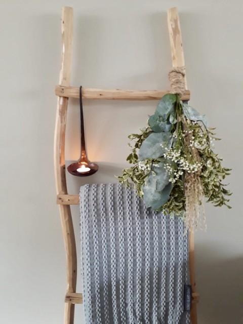 Houten decoratieladder lepel toef grijze plaid