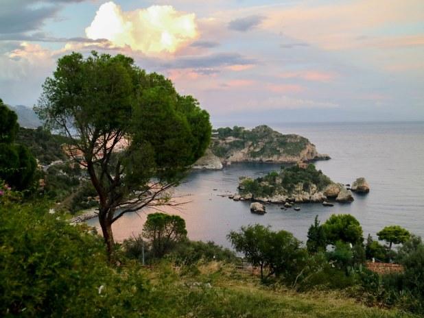 Isola bella al atardecer en Sicilia