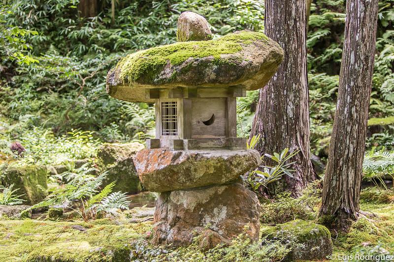 Lámpara en los jardines del templo Sanzen-in de Ohara