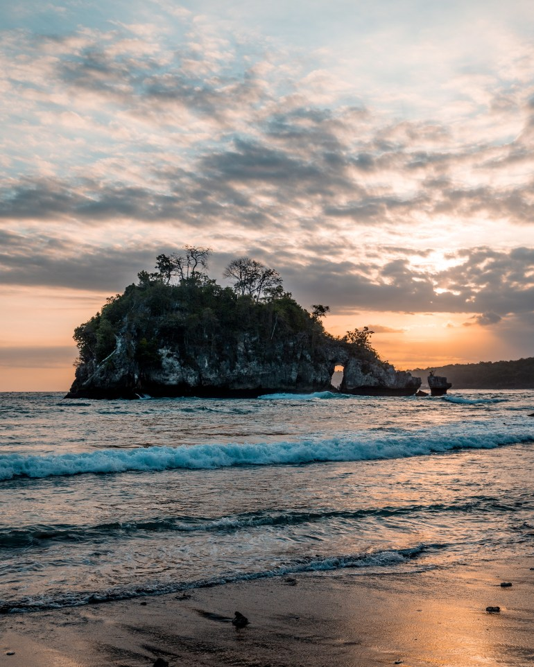 10 Best Things To Do in Nusa Penida Bali in 3 days - crystal bay beach, kelingking beach, broken beach, angel's billabong, tembeling natural beach, tembeling beach, peguyangan waterfall, banah cliff point, diamond beach, rumah pohon treehouse, bungalow, nusa penida travel guide, nusa penida guide, nusa penida bali, things to do in nusa penida, nusa penida itinerary, what to do in nusa penida, nusa penida tips, nusa penida travel tips, bali travel