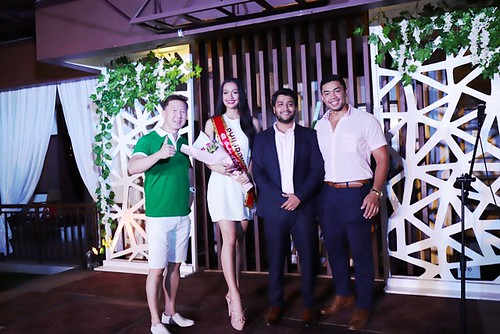 Zen Rooms Selah Hotels Jefferson Tomas, Amit Shukla, and Michael Raquiza awarding MISS ZEN DARLING OF THE NIGHT, Miss Philippines