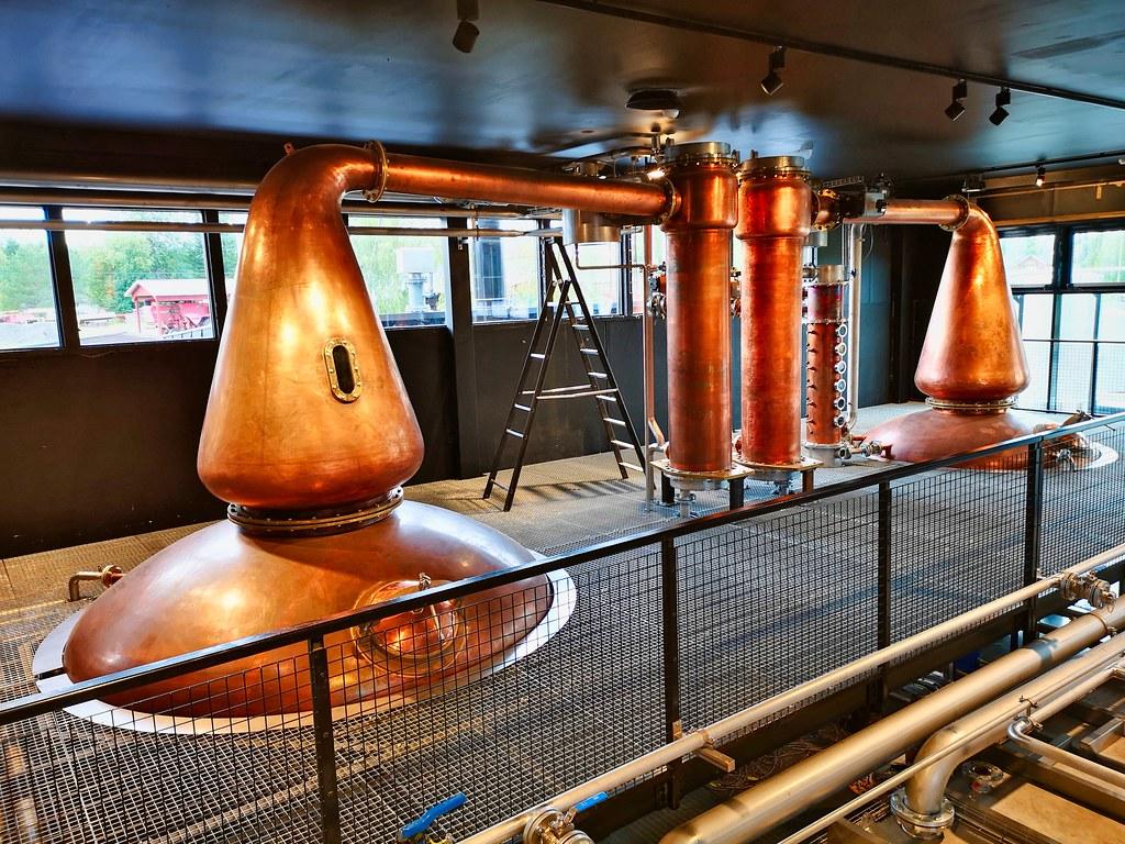 De nieuwe stills in het nieuwe deel van de Kyrö Distillery