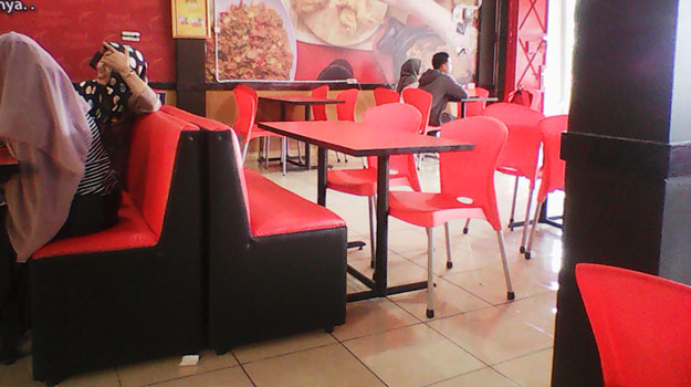 meja-kursi-restoran-rocket-chicken