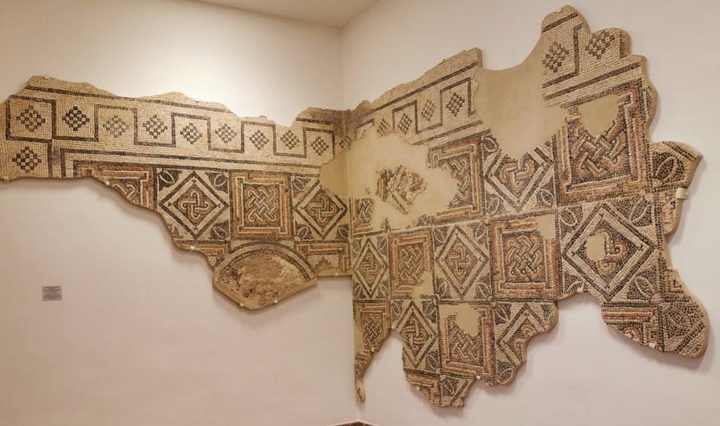 mosaico romano geometrico s. III d.C. del peristilo de la villa romana de Caserio Silverio Museo de la Ciudad de Antequera Malaga