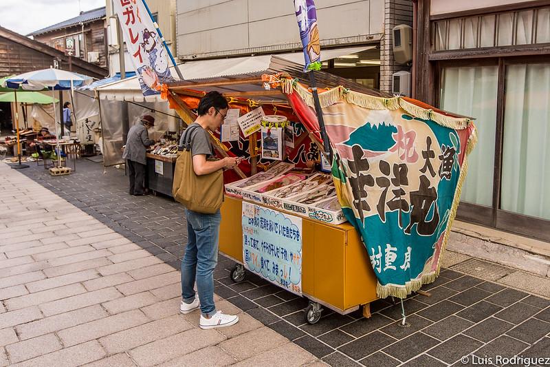 Étals de marché dans le marché du matin