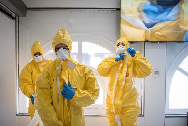 Infermeres i TCAI amb l'equipament de protecció personal (EPP) durant una simulació