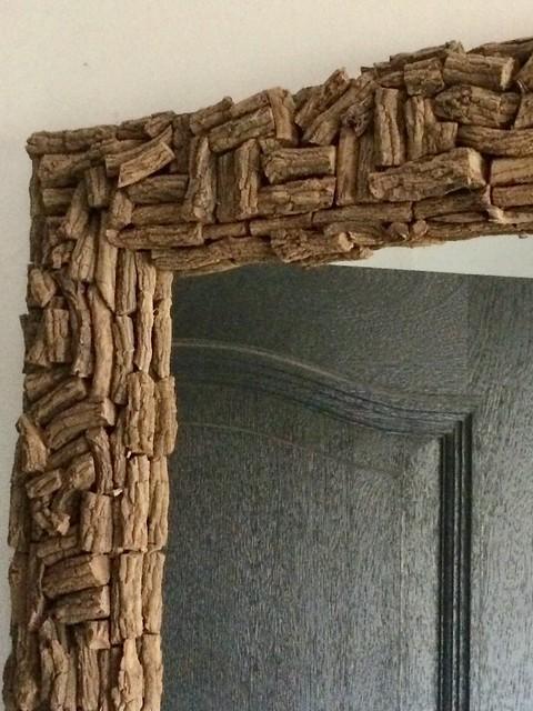 Spiegel met houten rand grijze deur hal