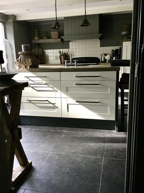 Landelijke keuken met kookeiland met lades