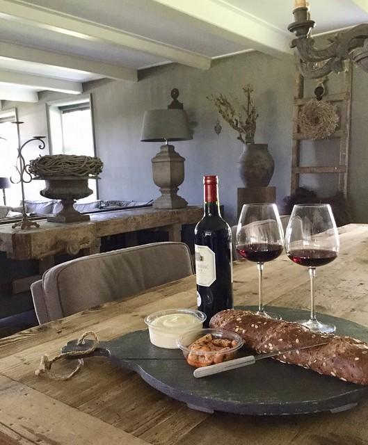 Borrelplan wijn met stokbrood