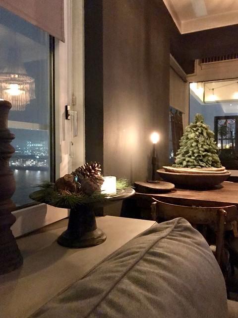 Kerststuk vensterbank Nobilis boompje in houten schaal