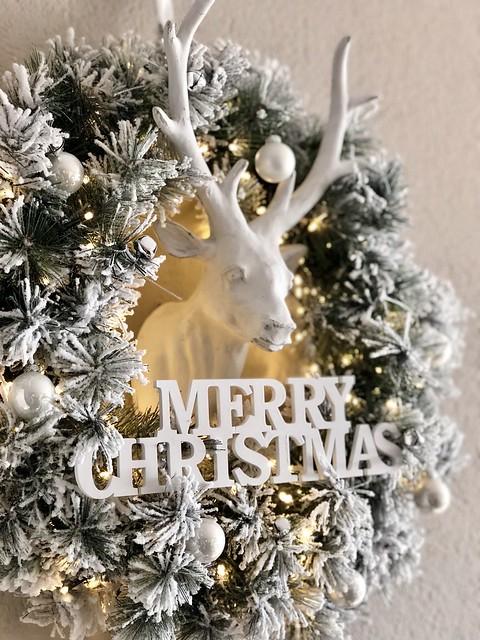 Hert met besneeuwde krans kerst
