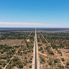 This is how 146,6 kilometers straight road looks from the sky - pretty spectacular landscape - the vast emptiness is amazing to see from above - Nullarbor landscape as it is #droneoftheday #fromwhereidrone #dronelife #dji #ig_drone #dronephotography #aeri