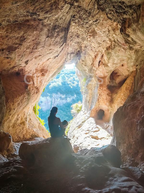 Cómo llegar a la Cova Simanya. Ruta a la cima del Montcau y visita a la Cova Simanya. Excursión de montaña fácil y divertida con niños en Barcelona.