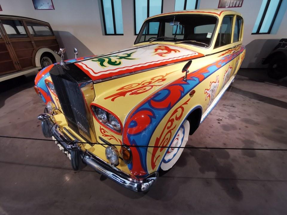 Museo Automovilístico y de la Moda de Málaga coche antiguo del año 1969 Rolls Royce fabricado en Inglaterra Modelo Phantom VI Flower Power