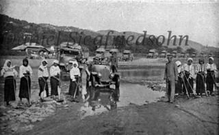 Râmnicu Sărat, ROMÂNIA (anul 1917). Sclavia ocupației germane! Femei și fete dintr-un sat românesc obligate să le facă drum prin mocirlă coloanei de mașini și supravegheate de bine hrănitele trupe germane de ocupație...