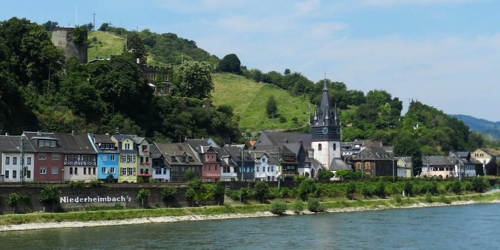 vista de Niederheimbach Iglesia de la Asuncion catolica y Castillo Heimburg Valle del Rin Alemania 02