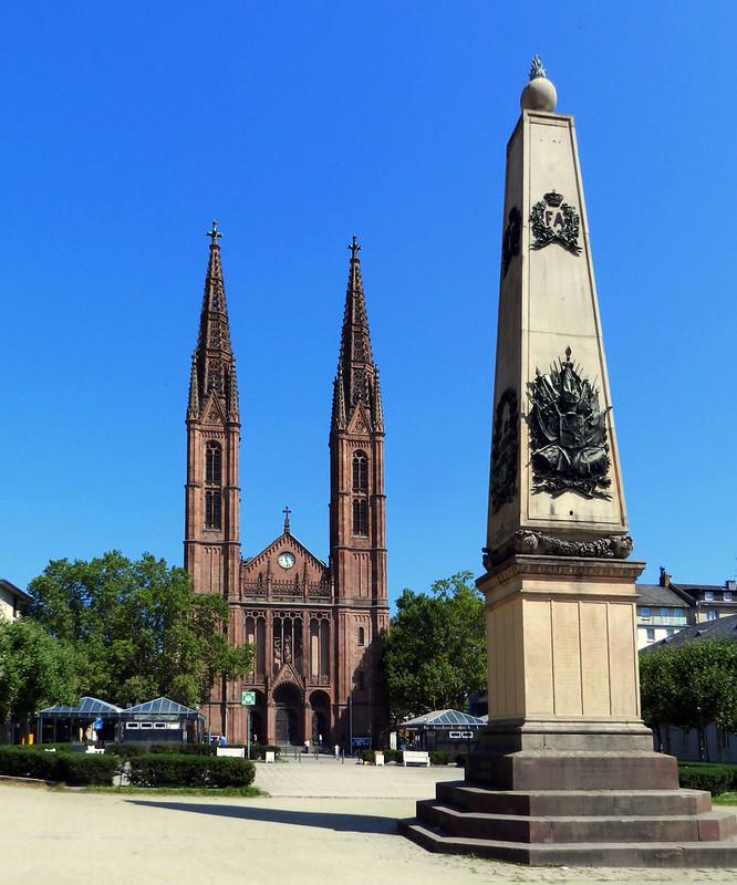 Iglesia San Bonifacio y monumento en Luisenplatz Wiesbaden Alemania