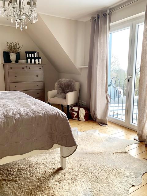Dierenvel vloerkleed landelijke slaapkamer