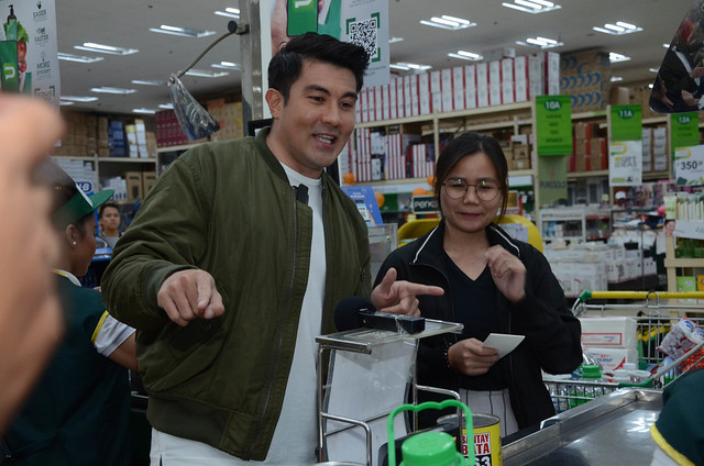 Celebrity endorser Luis Manzano surprises lucky shoppers at the mobile app launch
