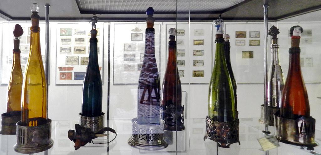botellas de cristal de vino Museo del Vino de Rheingau Rheingauer Weinmuseum Rudesheim Valle del Rin Alemania 01