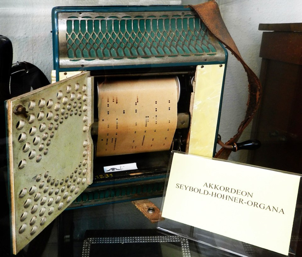 acordeon seybold hohnner organa rollos de papel perforado museo Gabinete de Musica Mecanica de Siegfried Siegfried's Mechanical Museum Rudesheim Alemania