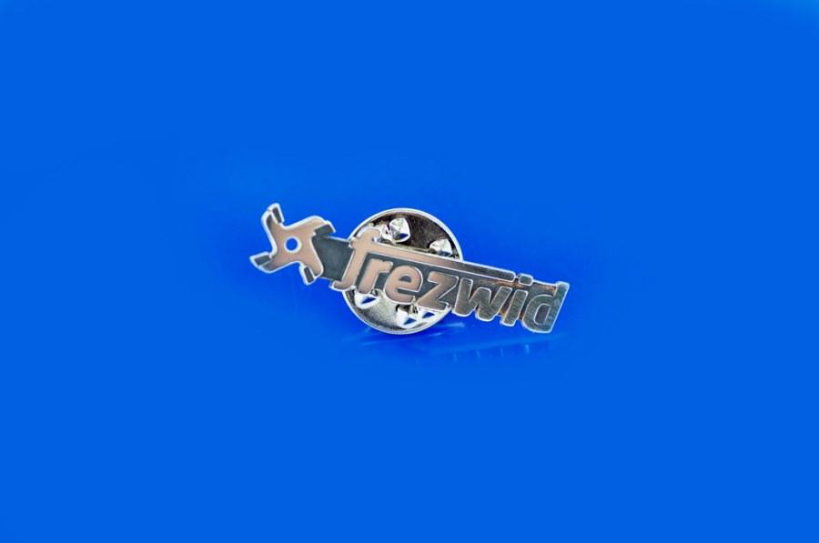 srebrna przypinka firmowa