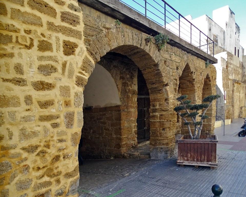 Arco de los Blanco siglos XV-XVII antigua muralla y puerta de Tierra Cadiz 03